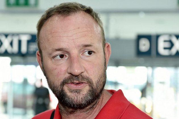 Šéftrenér atletické výpravy Tomáš Dvořák na letišti Václava Havla před odletem na MS v Pekingu.