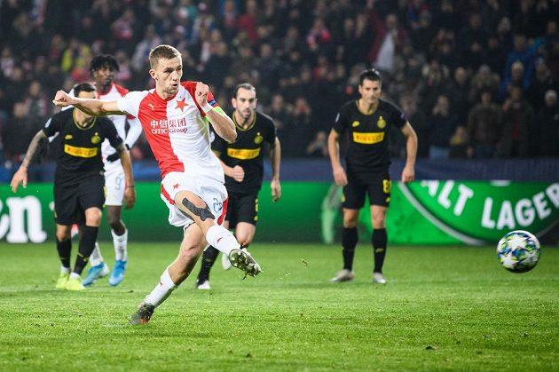 Tomáš Souček ze Slavie Praha proměňuje nařízenou penaltu během utkání základní skupiny Ligy mistrů s Interem Milán.