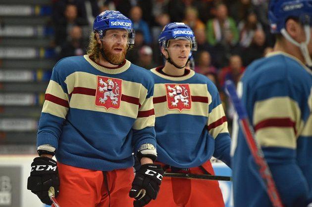 Zleva kapitán české hokejové reprezentace Jakub Voráček a Jakub Krejčík v retro dresu.