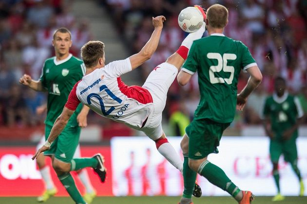 Nůžky v podání útočníka Milana Škody ze Slavie.