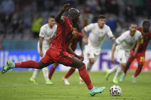 Belgičan Romelu Lukaku proměňuje penaltu proti Italům.