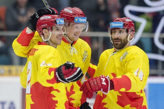 (Zleva) Jiří Šimánek, Stanislav Dietz a Jiří Vašíček (všichni z Hradce Králové) oslavují gól v utkání proti Spartě.