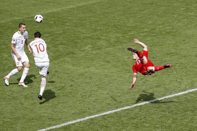 Švýcar Xherdan Shaqiri (vpravo) obstřeluje polské bloky a střílí vyrovnávací gól.