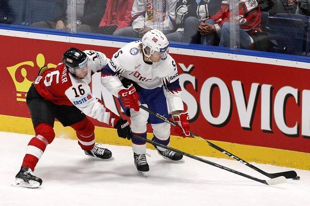 Rakouský hokejista Dominic Zwerger a Nor Erlend Lesund v akci během utkání mistrovství světa.