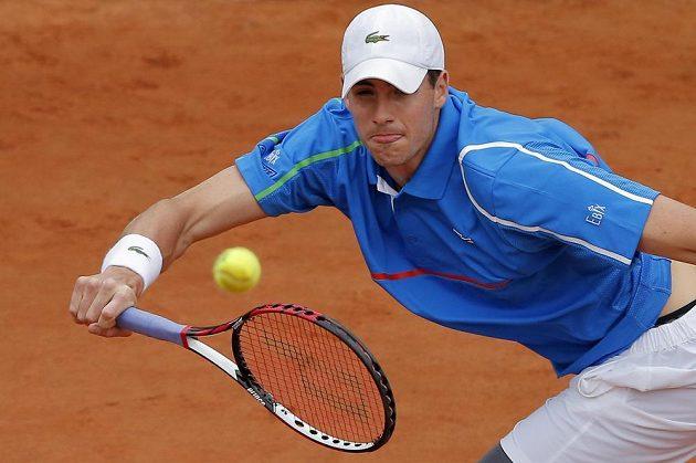 Momentka Johna Isnera z osmifinále French Open proti českému tenistovi Berdychovi.