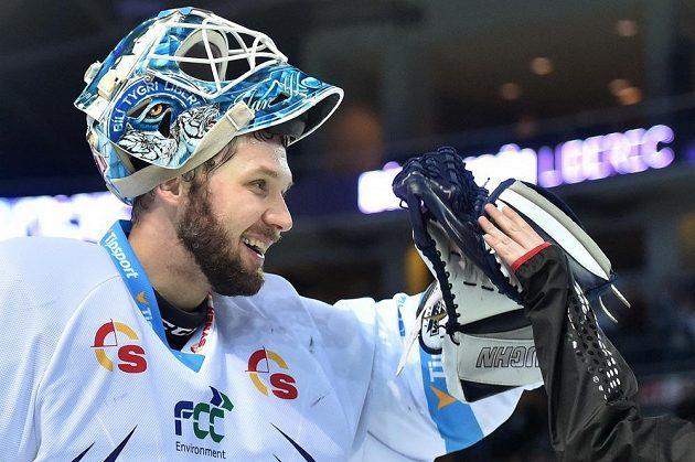 Liberecký brankář Ján Lašák se raduje z vítězství.