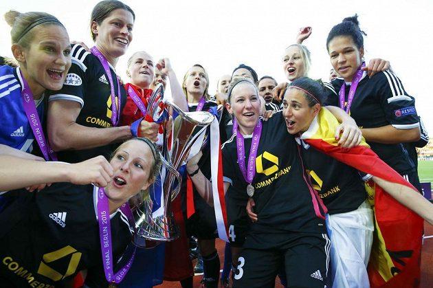 Dobojováno. Hráčky FFC Frankfurt slaví triumf ve fotbalové Lize mistryň.