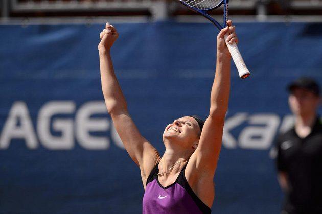 Česká tenistka Lucie Šafářová se raduje po proměněném mečbolu ve finále turnaje v Praze.