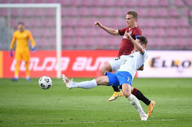Fotbalista Sparty Bořek Dočkal v souboji o balon s hráčem Baníku Ostrava Danielem Tetourem.
