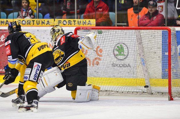 Brankář Litvínova Jaroslav Janus dostává první gól ve čtvrtfinále play off hokejové extraligy na ledě Mountfieldu Hradec Králové.