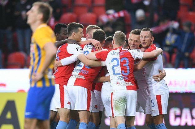 Fotbalisté Slavie se radují z branky