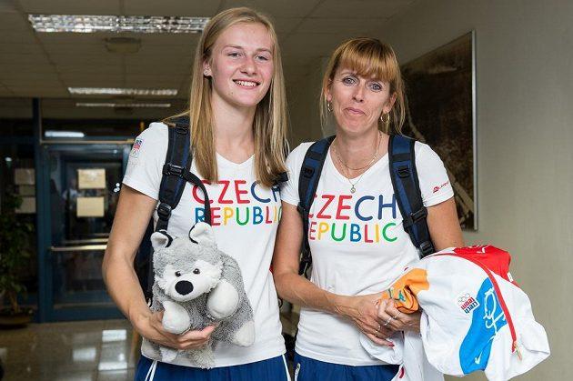Výškařka Michaela Hrubá (vlevo) a trenérka Alena Nezdařilová během odletu čtvrté části olympijské výpravy na LOH do Ria.