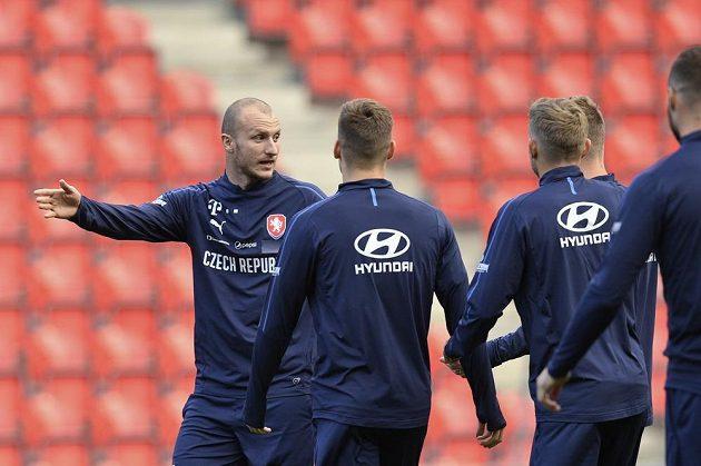 Michael Krmenčík (vlevo) hovoří se spoluhráči na tréninku