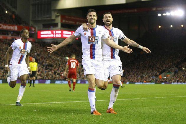 Scott Dann z Crystal Palace vstřelil vítězný gól na hřišti Liverpoolu.