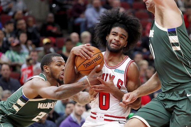 Basketbalista Chicaga Bulls Coby White během přípravného utkání na nový ročník NBA.