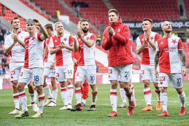 Fotbalisté Slavie děkují fanouškům po výhře nad Olomoucí.