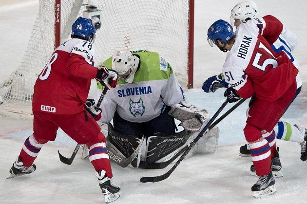 Český reprezentant Roman Horák (vpravo) střílí gól. Přihlížejí Robin Hanzl (vlevo) a slovinský brankář Gašper Krošelj.