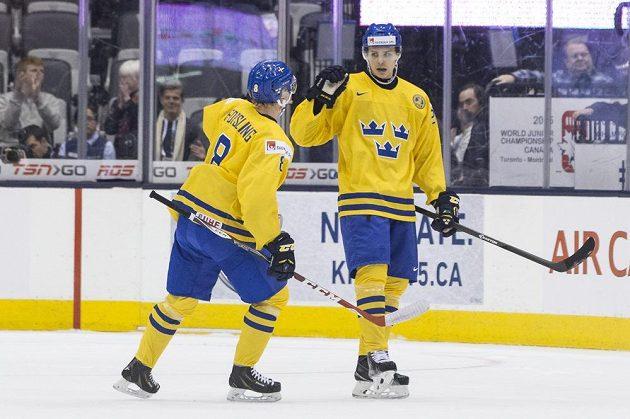 Švéd Adrian Kempe (vpravo) slaví s Gustavem Forslingem první gól v zápase s Čechy.