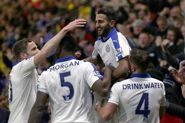 Rijád Mahríz se raduje se spoluhráči ze vstřeleného gólu do sítě Watfordu.