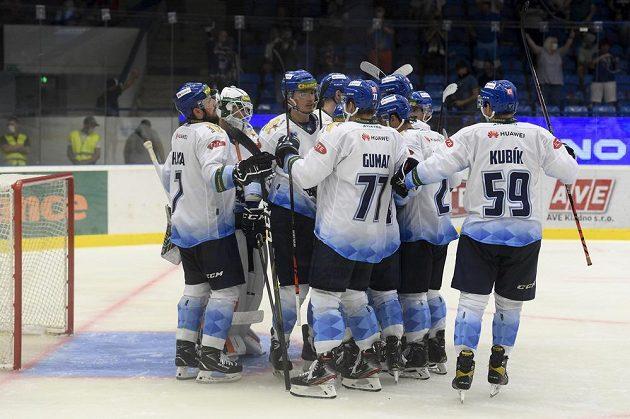 Hokejisté Kladna se radují z vítězství nad Spartou.