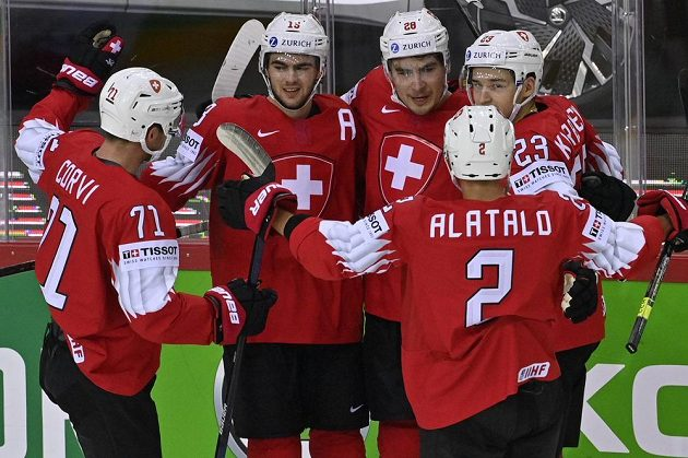 Švýcaři se radují z gólu.