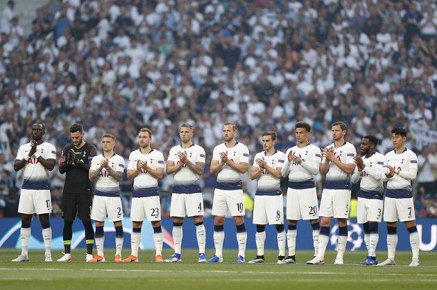 Fotbalisté Tottenhamu i Liverpoolu uctili před finále Ligy mistrů památku tragicky zesnulého Jose Antonia Reyese.