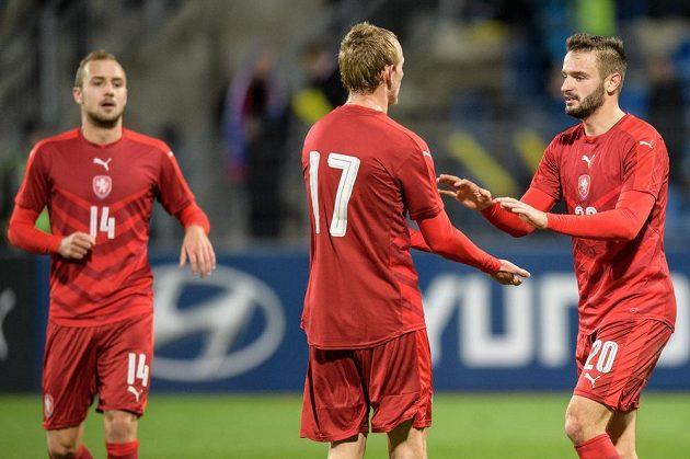 Ondřej Mihálik (č.17) a Tomáš Zajíc oslavují gól na 2:0 během utkání kvalifikace ME 2019 hráčů do 21 let se Sna Marinem.