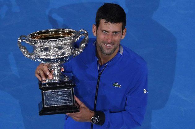 Srb Djokovič s pohárem pro vítěze Australian Open.