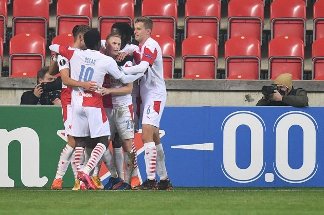 Slávisté se radují po úvodním gólu do branky Nice