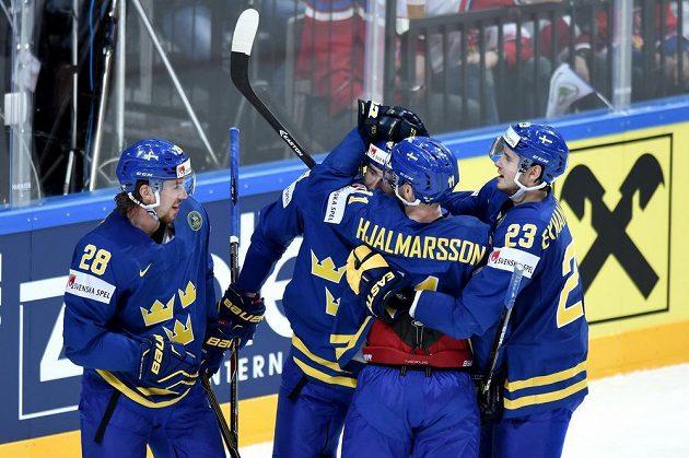 Hokejisté Švédska oslavují třetí gól během utkání hokejového MS v Praze.