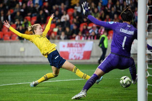 Vivianne Miedemaová z Arsenalu střílí svůj čtvrtý gól během utkání Ligy mistryň na stadionu Slavie.