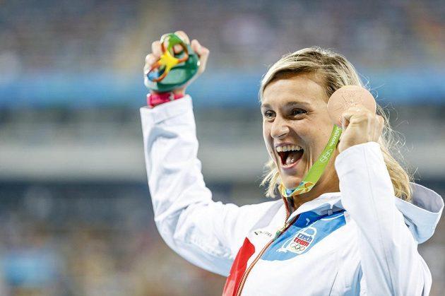 Oštěpařka Barbora Špotáková se raduje z bronzové medaile v Riu.