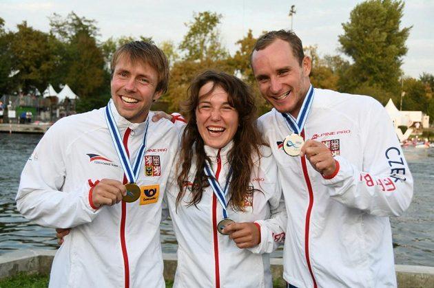 Čeští medailisté z MS ve vodním slalomu: Ondřej Tunka (zleva), Tereza Fišerová a Vít Přindiš.
