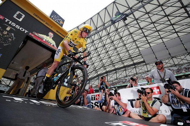 Brit Chris Froome vyhíždí na trať časovky Tour de France.