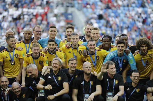 Belgičtí fotbalisté s bronzovými medailemi na krku.