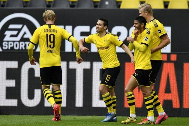 Radost s ostychem. Raphael Guerreiro (druhý zleva) a Julian Brandt si po gólu jen ťukli loktem.