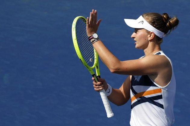 Barbora Krejčíková děkuje divákům za povzbuzování po vítězství ve 3. kole US Open.