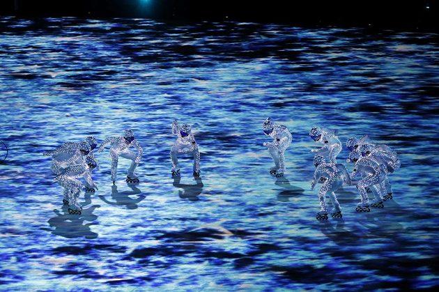 Umělci v rychlobruslařském postoji při závěrečném ceremoniálo olympijských her v Koreji.