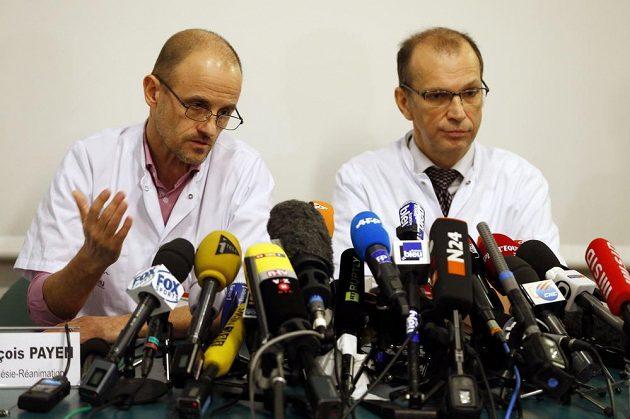 Vedoucí oddělení anesteziologie a resuscitace Jean-Francois Payen (vlevo) a vedoucí neurochirurgie Emmanuel Gay informují v úterý novináře o zdravotním stavu Michaela Schumachera.