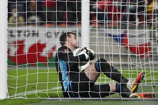 Danny Ward je v bráně Walesu i s míčem.
