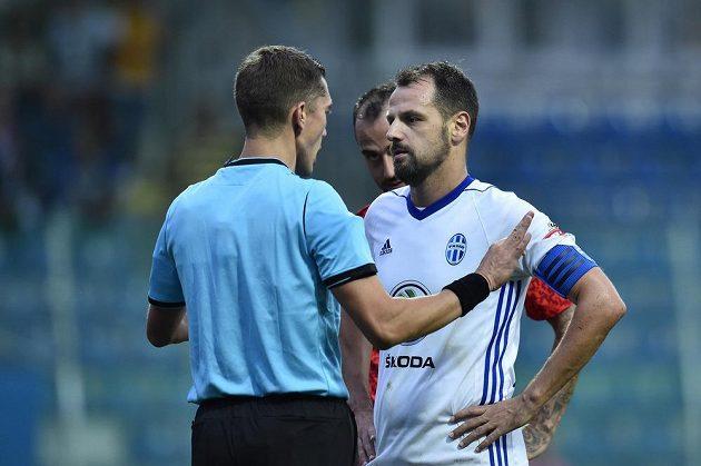 Kapitán Mladé Boleslavi Marek Matějovský debatuje s rozhodčím Jonathanem Lardotem.