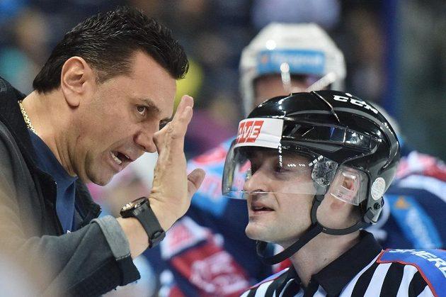 Trenér Chomutova Vladimír Růžička (vlevo) diskutuje s rozhodčím při utkání v Liberci.