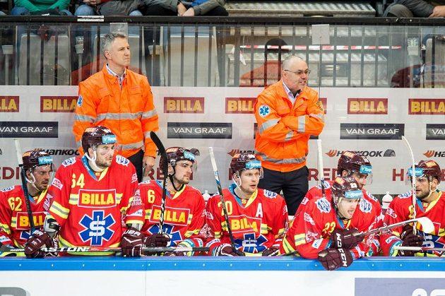 Trenér Sparty Jiří Kalous (vpravo) oblečený v záchranářské bundě udílí pokyny svým svěřencům.