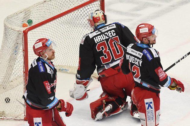 Zleva Roman Vlach, brankář Šimon Hrubec a Vladimír Dravecký z Třince po prvním inkasovaném gólu.