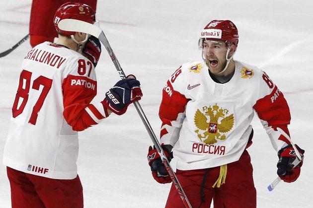 Ruští hokejisté Nikita Nestěrov a Maxim Šalunov se radují z gólu proti Česku.