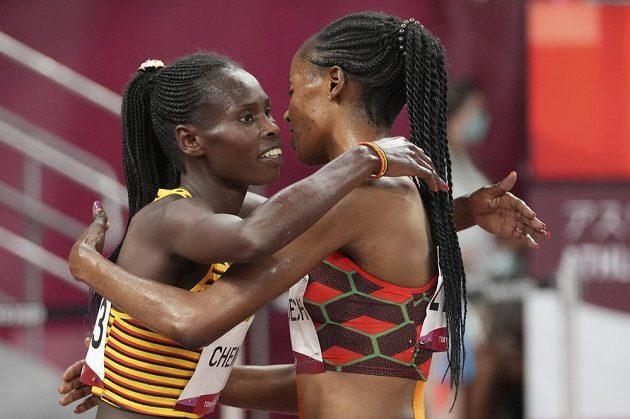 Světová rekordmanka Beatrice Chepkoechová z Keni (vpravo) gratuluje Peruth Chemutaiové ke zlaté medaili