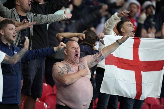 Angličtí fanoušci ve Wembley během zápasu se Skotskem.
