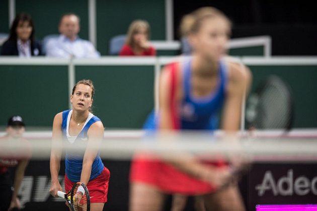 Česká tenistka Barbora Strýcová (vlevo) servíruje v rozhodujícím utkání finále Fed Cupu.