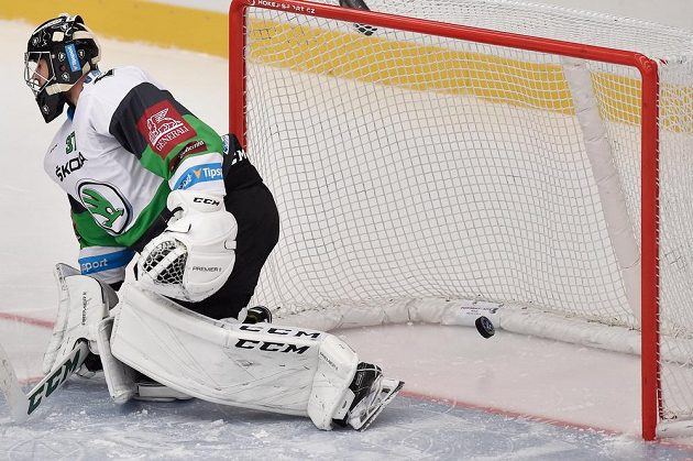 Brankář Mladé Boleslavi Gašper Krošelj inkasuje třetí gól.
