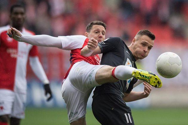 Obránce Slavie Praha Jiří Bílek (vlevo) a jablonecký útočník Stanislav Tecl v souboji o míč.